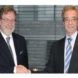 El presidente de Telefónica, César Alierta, estrecha la mano al presidente de Prisa, Juan Luis Cebrián